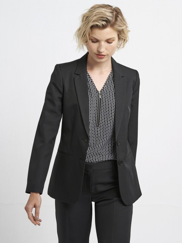 Classically Fitted, Long sleeve lined medium length jacket, with jet pockets in the front.